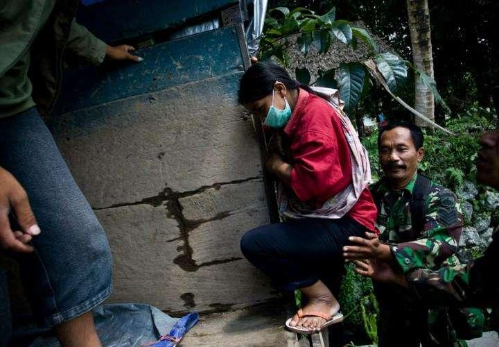 Индонезийский солдат эвакуирует жителей поселка Клатен 4 ноября. (Getty http://survincity.ru/wp-content/uploads/images / Ulet Ifansasti)