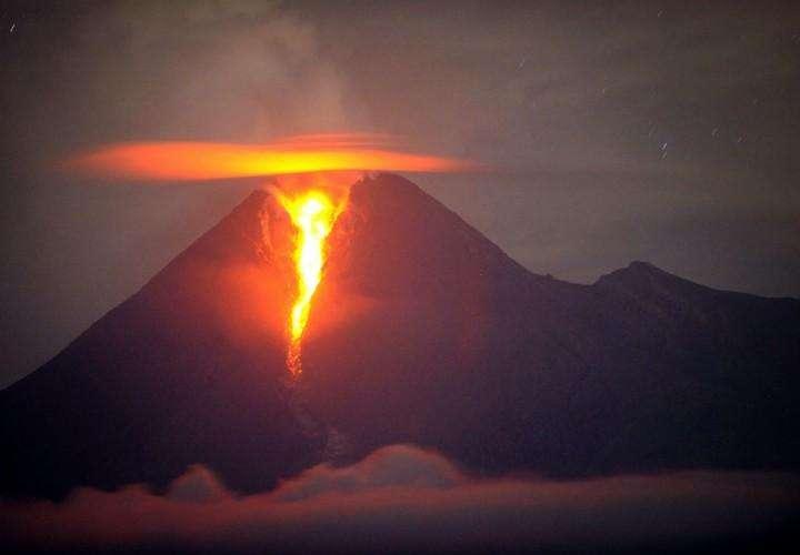 Раскаленная лава течет из кратера вулкана Мерапи. Фото сделано из поселка Клатен в провинции Центральная Ява 2 ноября. (AFP/ Getty http://survincity.ru/wp-content/uploads/images / Sonny Tumbelaka)